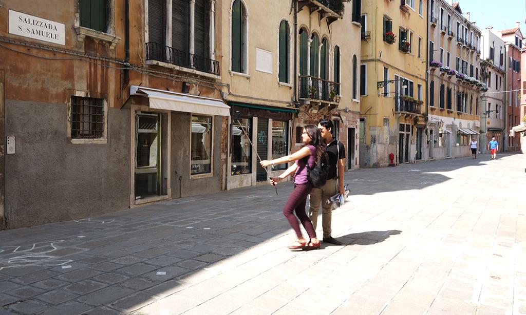 Nur fürs Selfie ein Sprung aus dem Schatten: Sommer in Venedig (Bild: Wilfried Dechau)