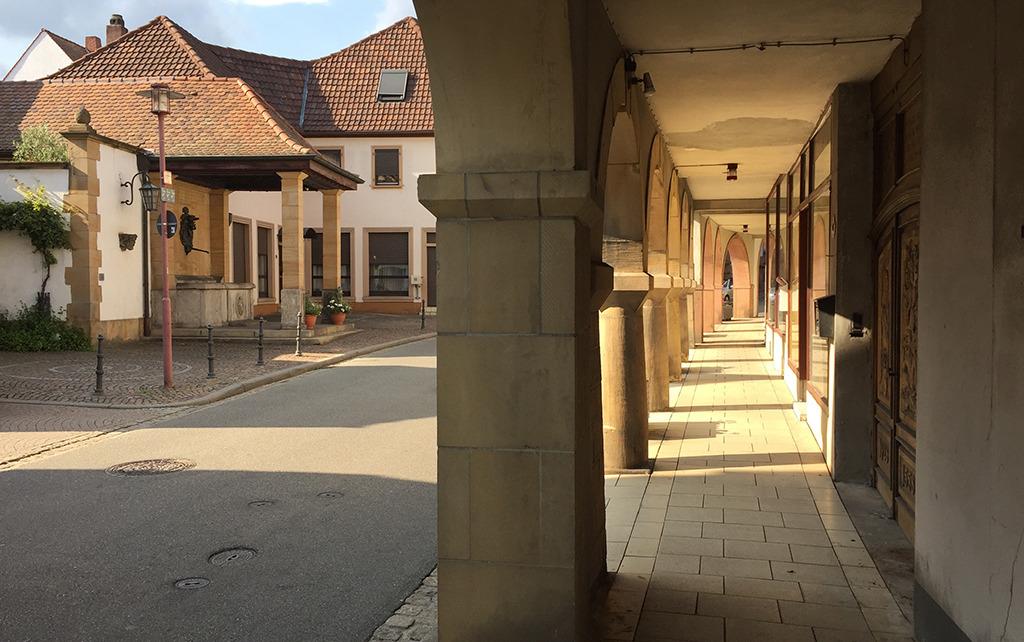 Bewährte Typologie des öffentlichen Raums: Arkaden in Wachenheim (Bild: Wilfried Dechau)