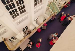 Blick auf zwei Etagen des Saalbau-Foyers in Neustadt (Bild: Wilfried Dechau)