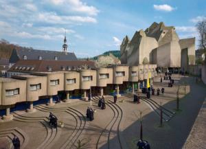 """Gottfried Böhm: Wallfahrtskirche """"Maria, Königin des Friedens"""", Neviges / 1963–68 (Bild: Inge und Arved von der Ropp /Irene und Sigurd Greven Stiftung, ca. 1976)"""