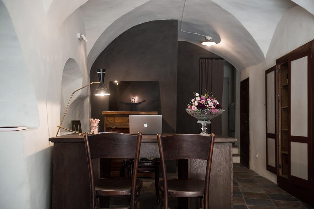Hotel Reichhalter in Lana/ Südtirol: Keine Hotel-Ketten-CI, sondern bestandsorientiertes Weiternutzen für die Rezeption (Bild: Zeno Bampi)
