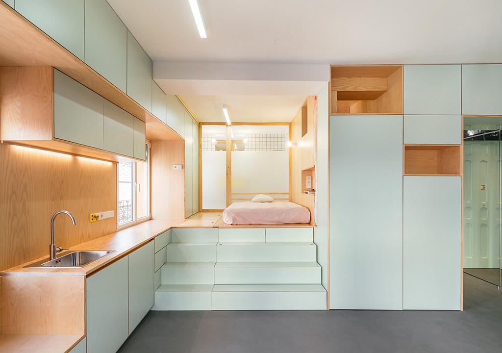 elii [oficina de arquitectura], Yojigen: Poketto Apartment (Küchenzeile und Schlafbereich), Madrid, 2017 (© elii [oficina de arquitectura], Foto: Imagen Subliminal – Miguel de Guzmán + Rocío Romero)