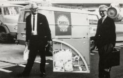 Carl Mertz (links) und Rolf Gutbrod tragen das Wettbewerbsmodell des Pavillons, Frankfurt, Flughafen (Bild: Frei Otto, saai, Werkarchiv Frei Otto)