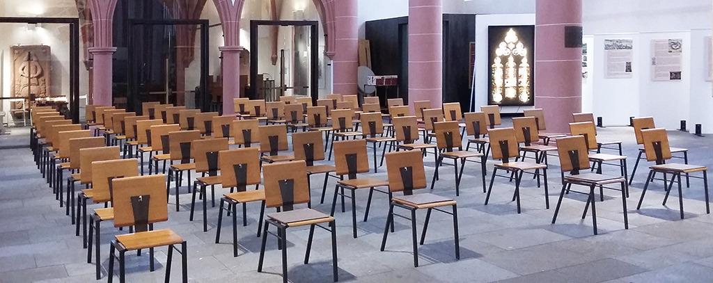 Kirchenbestuhlung auf Abstand (Bild: Wolfgang Bachmann)
