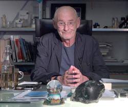 Dietmar Steiner an seinem Schreibtisch im AZW (Bild: AZW)