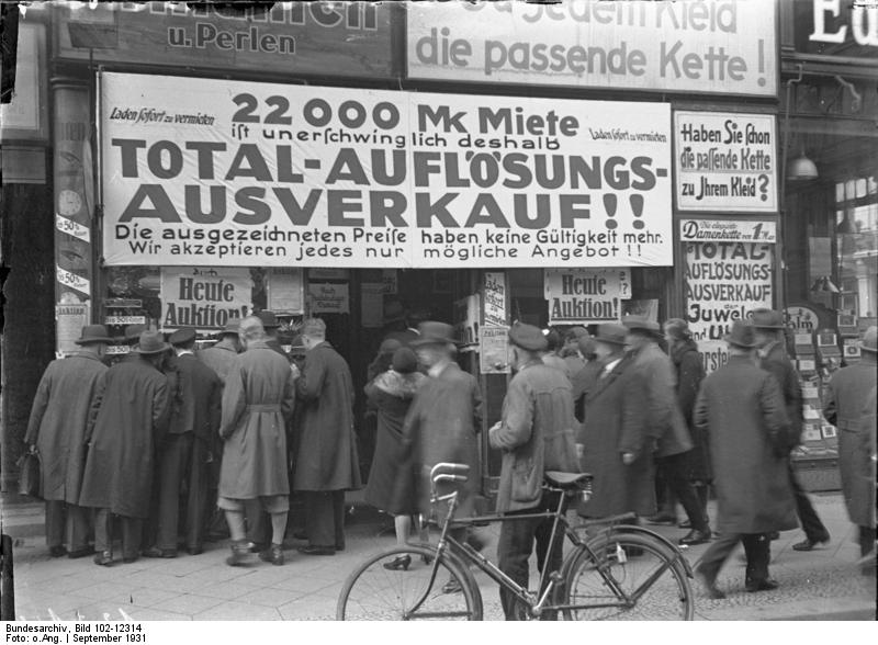 Total-Auflösungs-Ausverkauf eines Geschäftlokals in der Friedrichstrasse, dass infolge der enorm hohen Miete schliessen muss. Der wegen zu hoher Miete zur Aufgabe gezwungene Laden in der Friedrichstrasse.