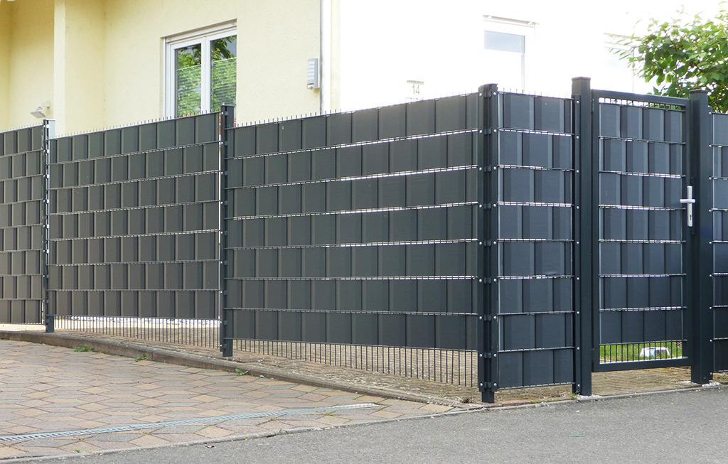 So ein Zaun bietet keinen Schutz vor Corona und macht den öffentlichen Raum zum Hinterhof. Wer ginge hier gern spazieren? (Bild: Wolfgang Bachmann)