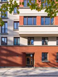Schwedler-Carré 01. Hauseingang am Wim-Duisenberg-Platz (Bild: © Lisa Farkas)