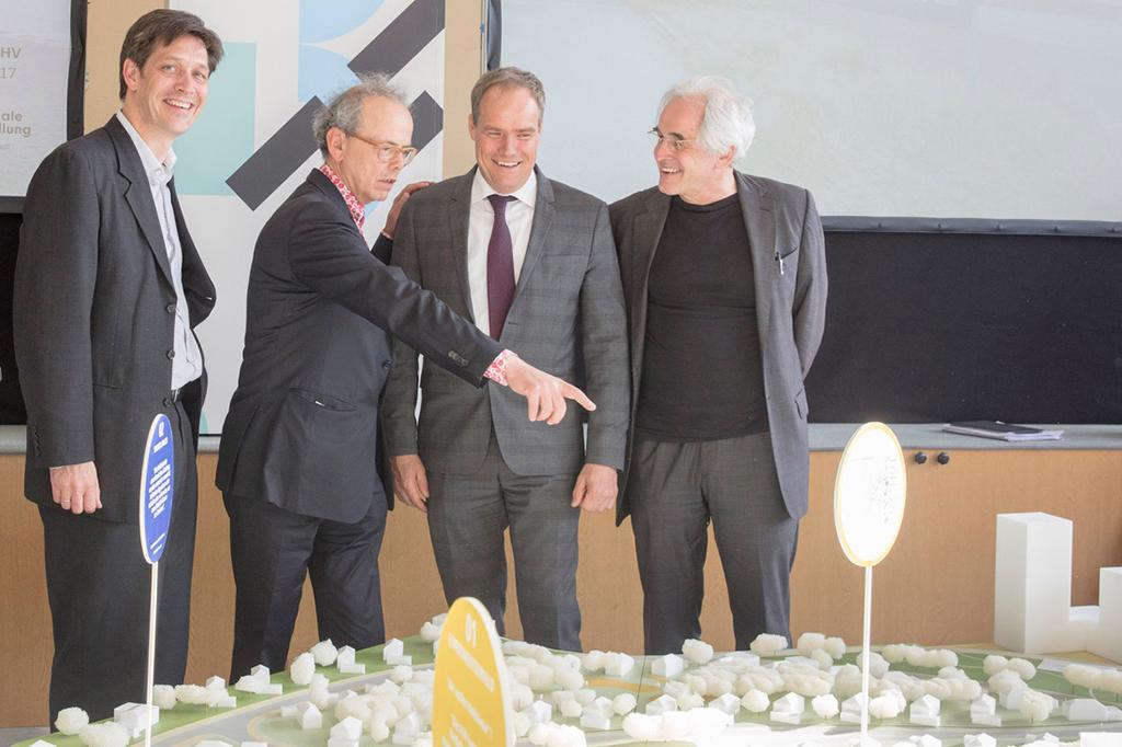 In früher Planungsphase haben sie gut Lachen: Baubürgermeister Jürgen Odzuck, Planer Kees Christiaanse, OB Eckart Würzner und IBA-Chef Michael Braum im Jahr 2017 (Bild: IBA Heidelberg, Buck) Heidelberg