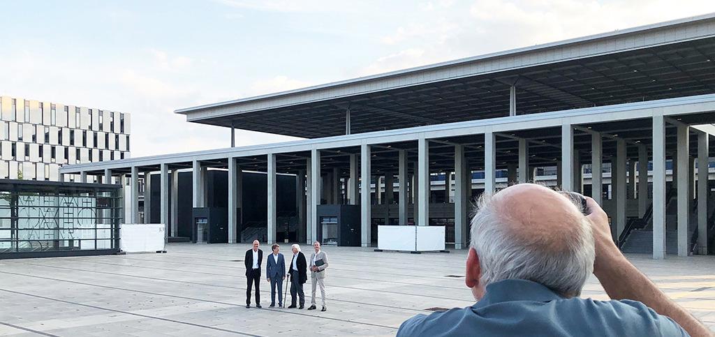 Mit Zuversicht vor der BER-Eröffnung (von links): Hajo Paap (gmp), Engelbert Lütke Daldrup (CEO BER), Meinhard von Gerkan, Hubert Nienhoff (gmp) (Bild: Ursula Baus)