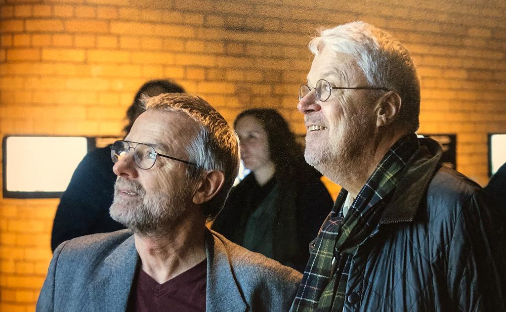 Kollegen staunen: Falk Jaeger (freier Autor) und Bernhard Schulz (Tagesspiegel). (Bild: Aedes)
