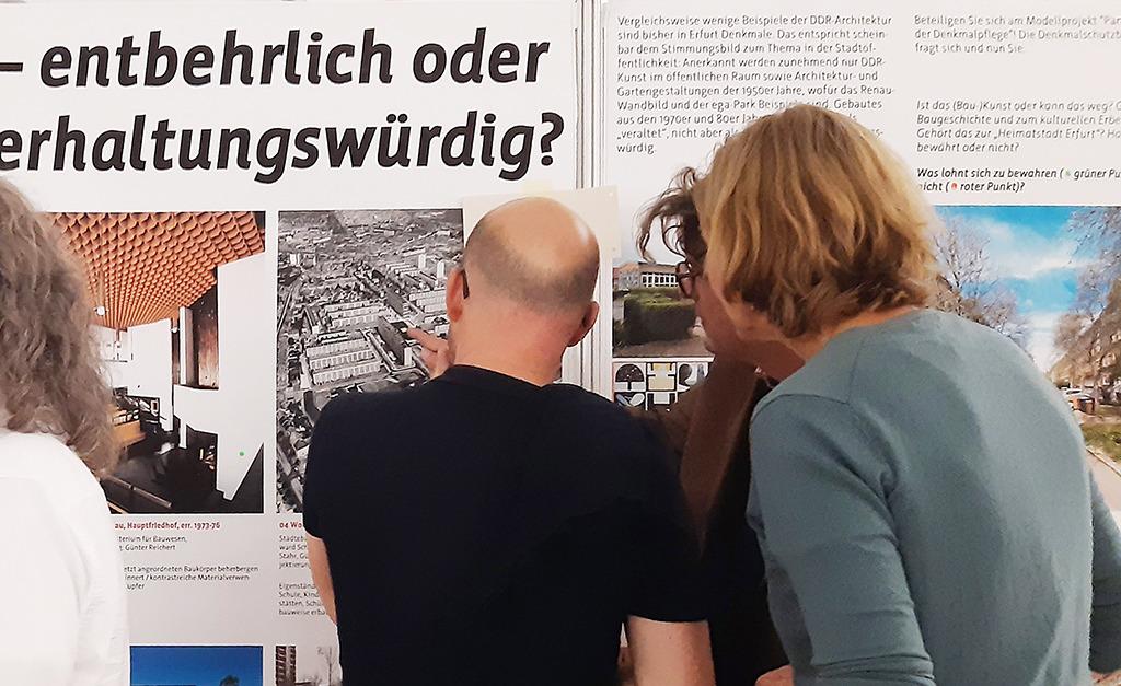 An der voting wall konnten Besucher den Wert von DDR-Architektur diskutieren und über Erhaltung oder Hinfälligkeit einzelner Objekte abstimmen. (Bild: Landeshauptstadt Erfurt/Dirk Urban)