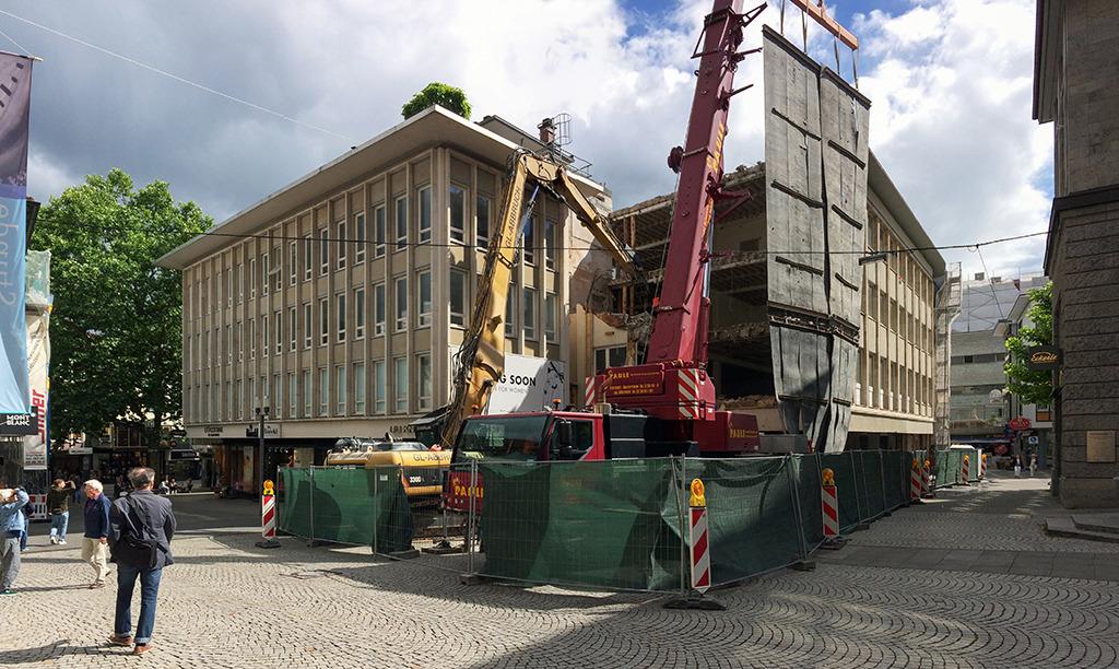 2017 beginnt der Abriss des hier noch erkennbaren Gebäudes, das eine feingliedrige Fassade wie das im Vordergrund noch erhaltene Geschäftshaus besaß. (Bild: Ursula Baus)