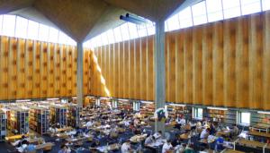Lesesaal der Württembergischen Landesbibliothek von Horst Linde mit Peter Schenk (Bild: Ursula Baus)