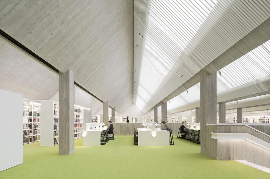 Leseplätze im Obergeschoss (Bild: LRO, Brigida Gonzàlez)