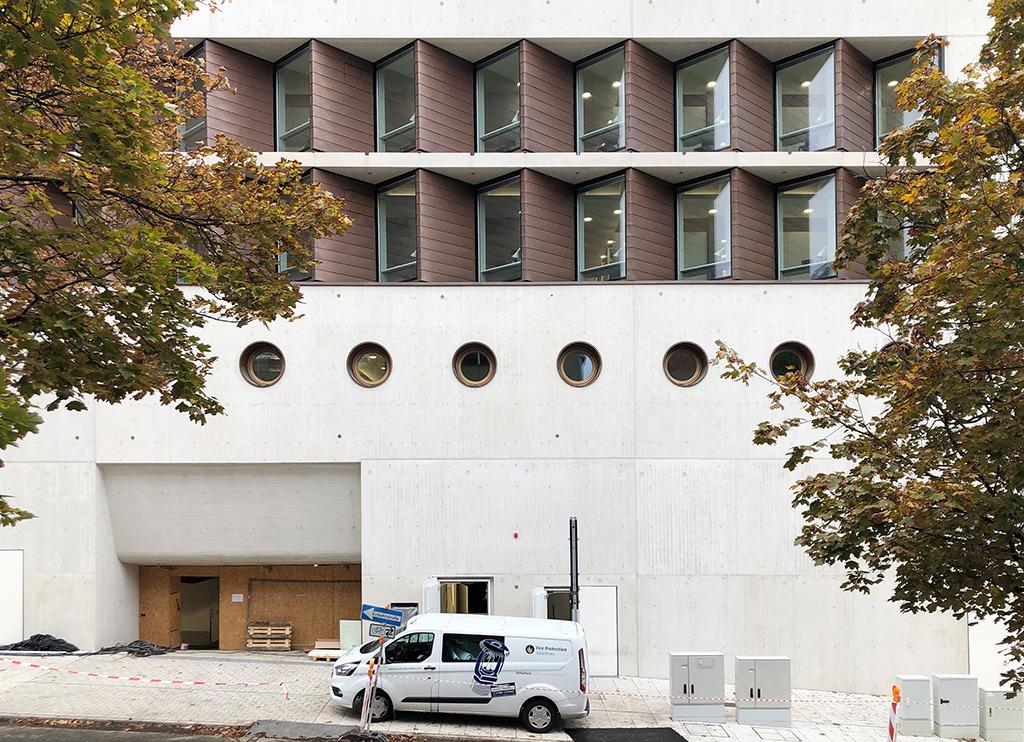 An die Urbanstraße, durch welche die Fußgänger Richtung Oper und Hauptbahnhof über den neuen Fußgängerüberweg über die B14 gehen, liegt die Einfahrt zur Tiefgarage der Landesbibliothek – eine schöne Erdgeschosszone ist hier nicht entstanden. (Bild: Ursula Baus)