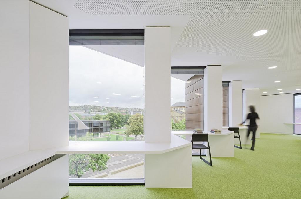 Arbeitsplätze am Fenster mit Blick auf die B14 und dahinter zum Landtag (Bild: LRO, Brigida Gonzàlez)