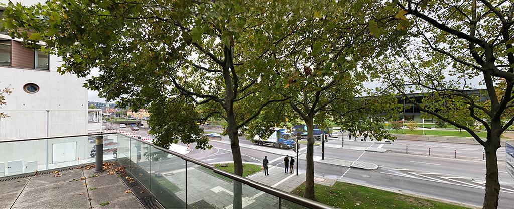 oben: Abrupt endet der oberhalb der B 14 angelegte Fußgängerweg vor der Bibliothekserweiterung an der Urbanstraße. Ganz neu ist der Fußgängerüberweg mit Ampeln. (Bild: Ursula Baus)