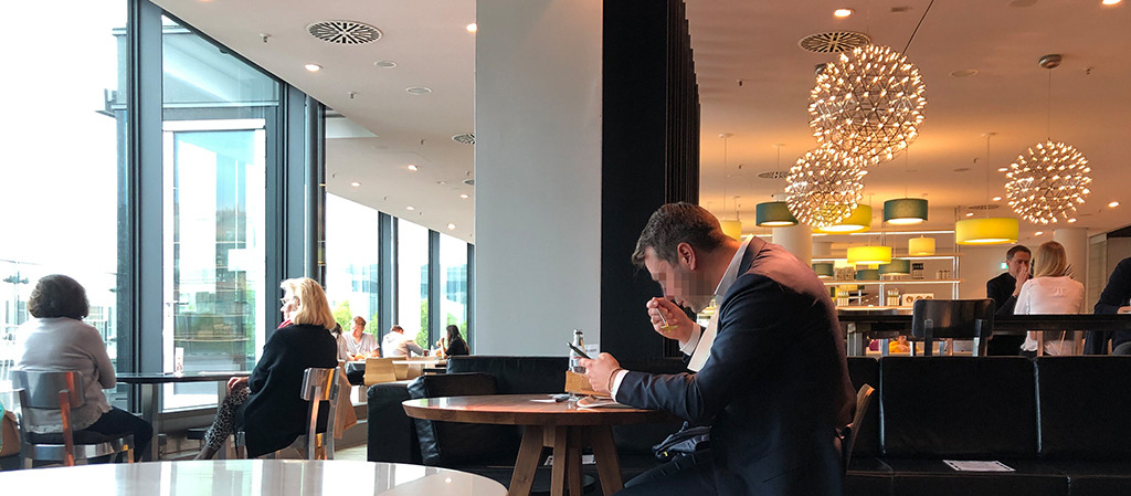 In der einen Hand der Löffel, in der anderen das Handy. Oder zum Fenster hinausschauen. Kommunikation in Coronazeiten ist auch in Restaurants wenig vergnüglich. (Bild: Ursula Baus)