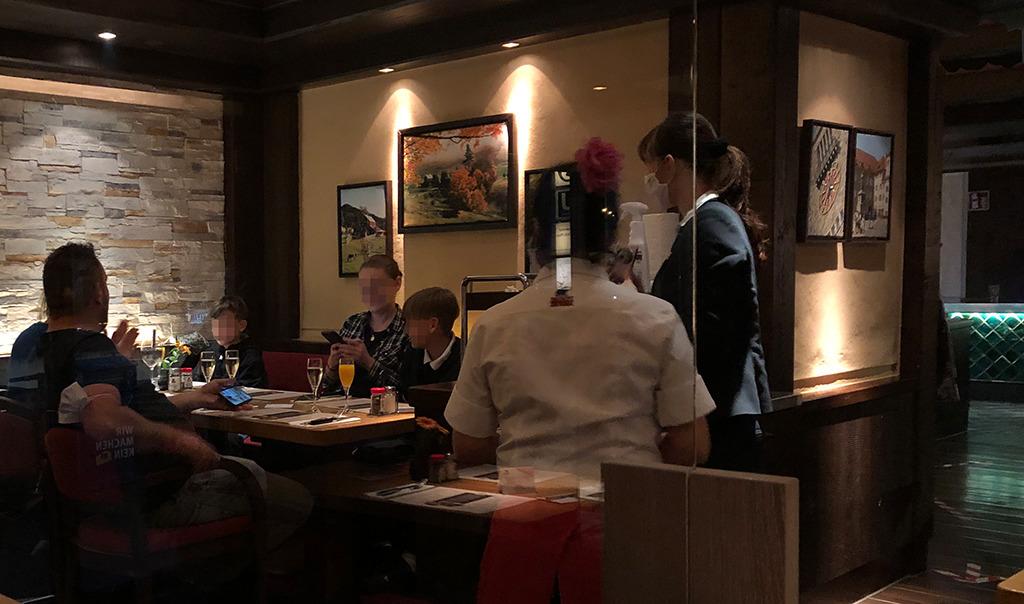 Die Wirtin maskiert, die feiernde Familie schont die heimische Küche. (Bild: Ursula Baus)