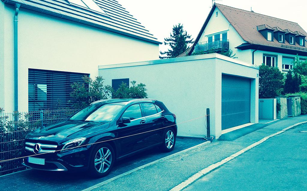 Garage angebaut, zu großes Auto gekauft, Vorgarten zugepflastert: Baukultur, wenn man den Bürger und die Bürgerin machen lässt... (Bild: Ursula Baus)