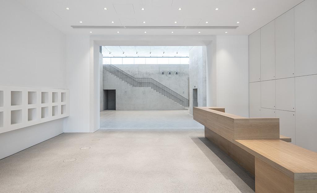 Blick vom Eingang ins Foyer, wo eine gerade Treppe hinauf zur Dauerausstellung führt (Bild: Roland Halbe)