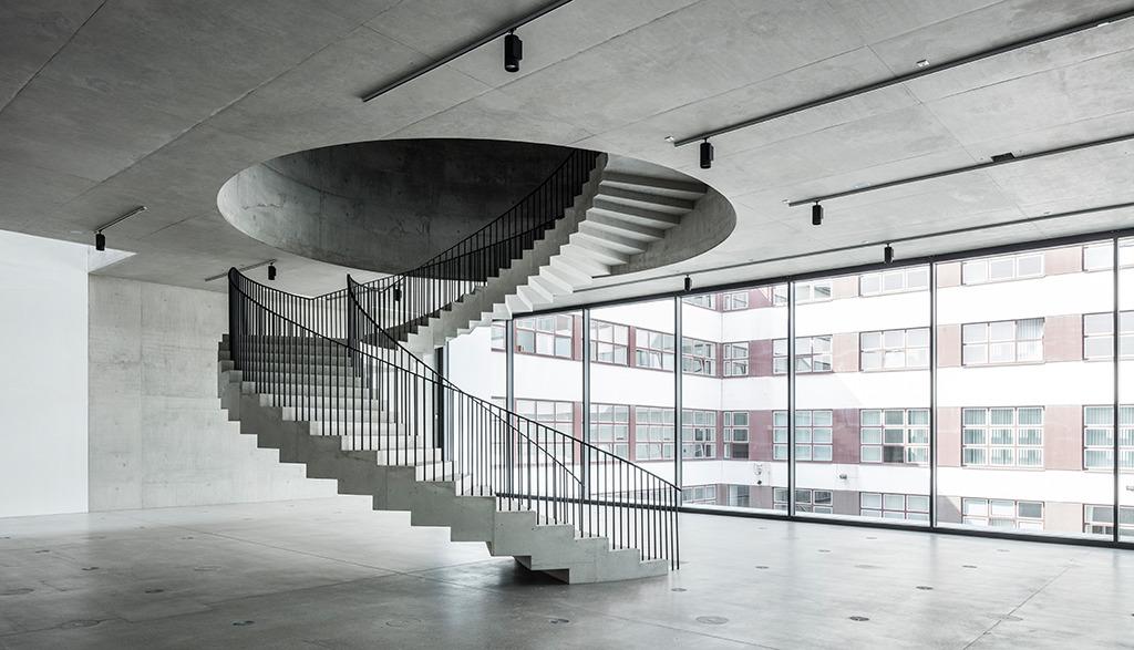 Obergeschoss mit Aufgang zur zweiten Ausstellungsebene (Bild: Roland Halbe)
