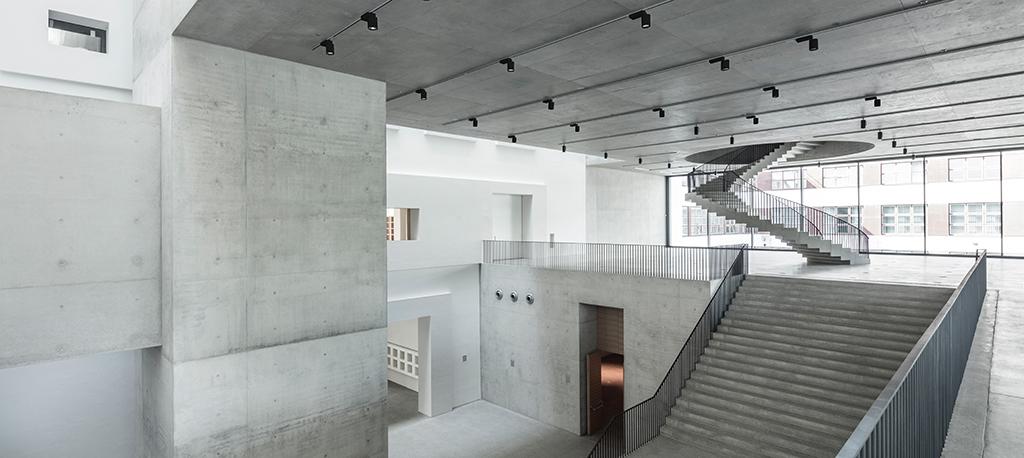 """Obergeschoss mit Blick hinunter in den """"Raum der Stille"""" (Bild: Roland Halbe)"""