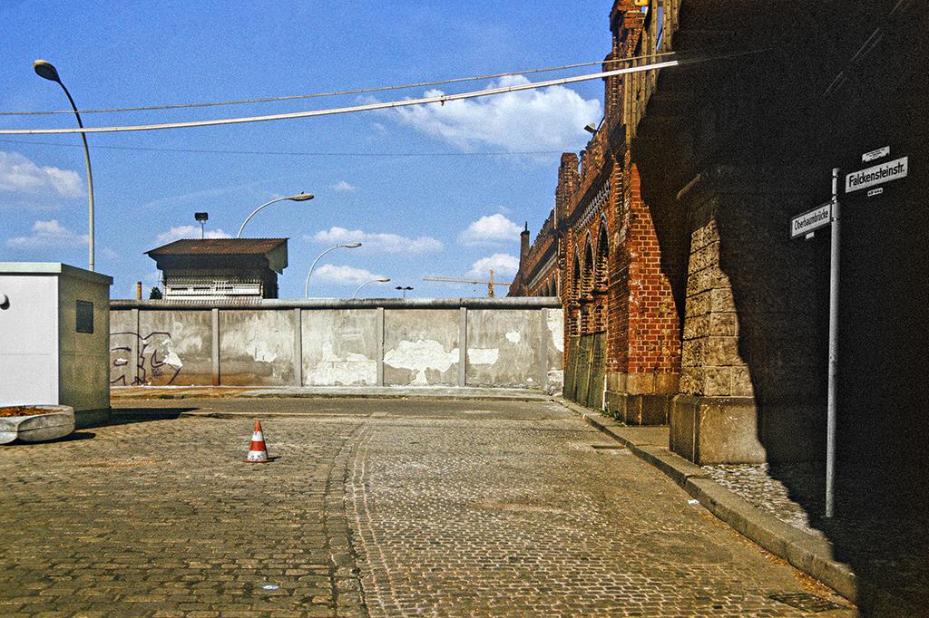 Durch die Berliner Mauer abgesperrte Oberbaumbrücke in Kreuzberg