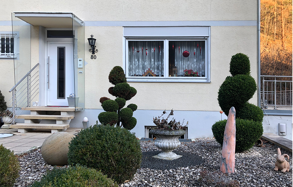 Der ökologisch sinnvolle Vorgarten hat sich noch durchgesetzt. (Bild: Ursula Baus)