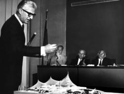 Gutbrod vor dem Modell für den Pavillon zur Expo 1967 (© Archiv Karin Gutbrod, aus dem besprochenen Buch)