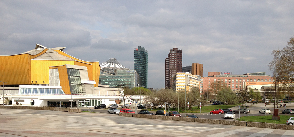 Blick vom Kulturforum Richtung Potsdamer Platz: In prominenter Nachbarschaft lugt das schiefe Glasdach von Helmut Jahns Sony Center hervor. (Bild: Ursula Baus)