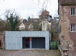 """Der Küchen-Neubau war zunächst als """"Blechkubus"""" erkennbar und ist inzwischen patiniert. (Bild: Wilfried Dechau)"""