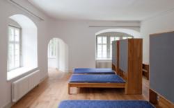 Mehrbett-Zimmer mit dem modularen, vielseitig kombinierbaren Möbelsystem (Bild: Dirk Altenkirch)