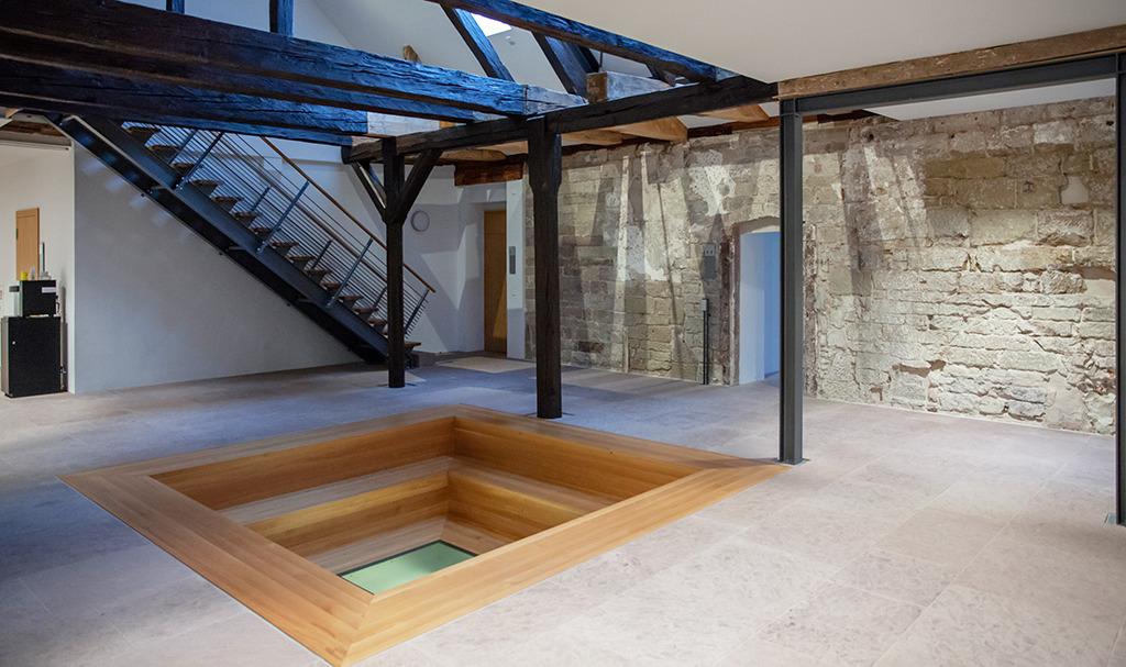 Gemeinschaftsbereich im südlichen Herrendorment mit Sitzstufen um einen Durchblick zum Grabungsbereich (Bild: Wilfried Dechau)