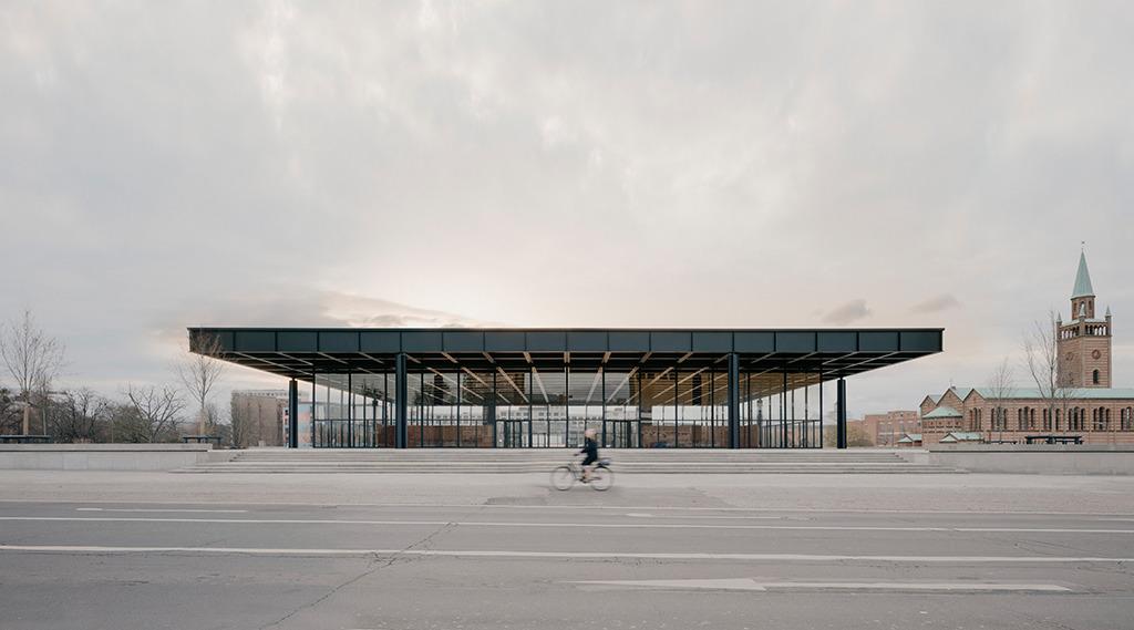 Blick von der Potsdamer Straße, die beileibe kein Fahrradweg ist, auf die sanierte Nationalgalerie. (Bild: Simon Menges)