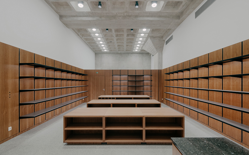Buchladen im Untergschoss (Bild: Simon Menges, Berlin)