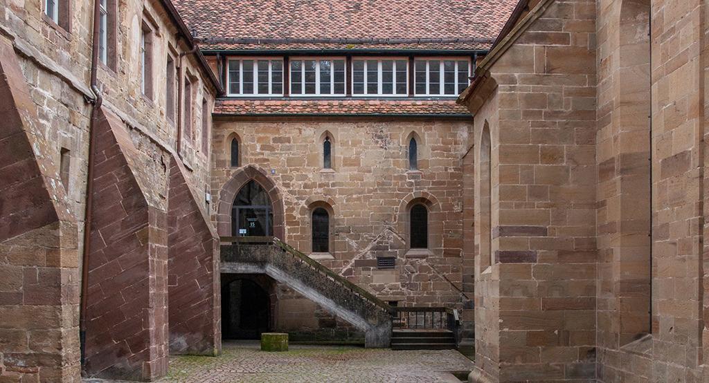 Über 870 Jahre Baugeschichte: Gerade deswegen haben jüngere Veränderungen wie eine mit Patina geschmückte Außentreppe Anspruch auf Pflege. (Bild: Wilfired Dechau)