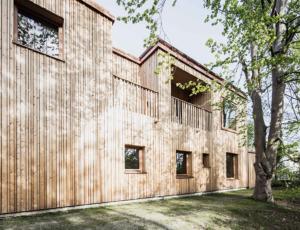 Rückwärtige Holzfasse des neuen Gästehauses (Bild: Gabrical   Garijela Obert)