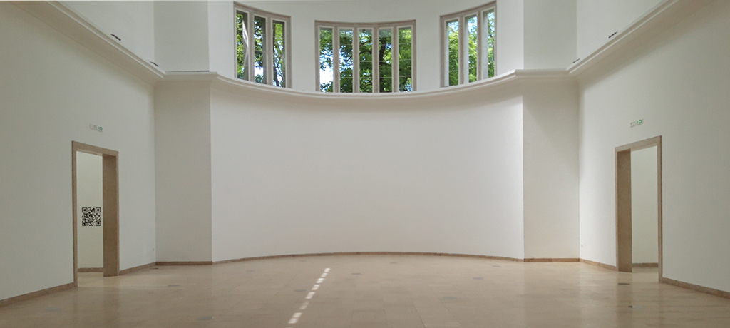 Der Hauptraum des deutschen Pavillons. Informationen, Botschaften, Aussagen nur via QR-Codes. (Bild: Nikolaus Bernau)