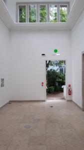Seitenausgang des Deutschen Pavillons, der außer den QR-Codes an Ort und Stelle nichts zu bieten hat. (Bild: Nikolaus Bernau)