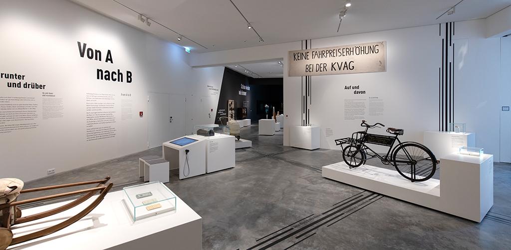 Ausstellung auf der Innenhof-Ebene (Bild: Wilfried Dechau)