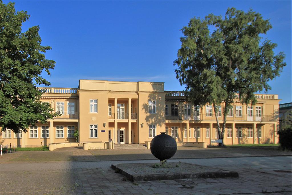 """Das vormalige Dokumentationszentrum DDR-Alltag, ursprünglich ein Kindergarten aus dem Jahr 1953, seit Mai 2021 """"Museum Utopie und Alltag"""". (Foto: Wikimedia, Peter Kaminsky)"""