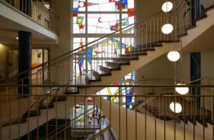 Seniorenheim von Werner Düttmann, Glasfenster im zentralen Treppenhaus (Bild: Alfred Englert)