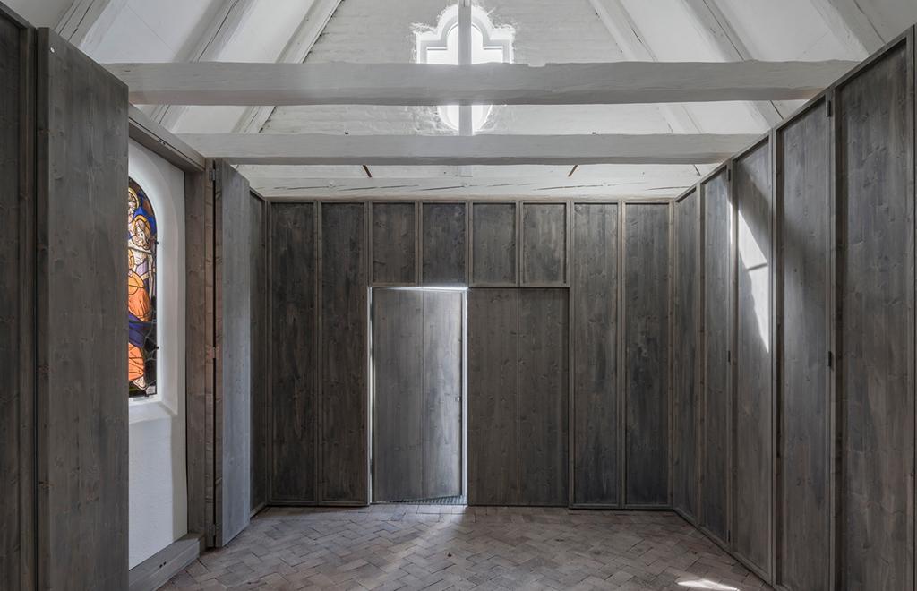 Aufbahrungshalle mit Oberlicht, dass durch Öffnung der Dachflächen hereinfällt (Bild: Florian Holzherr)