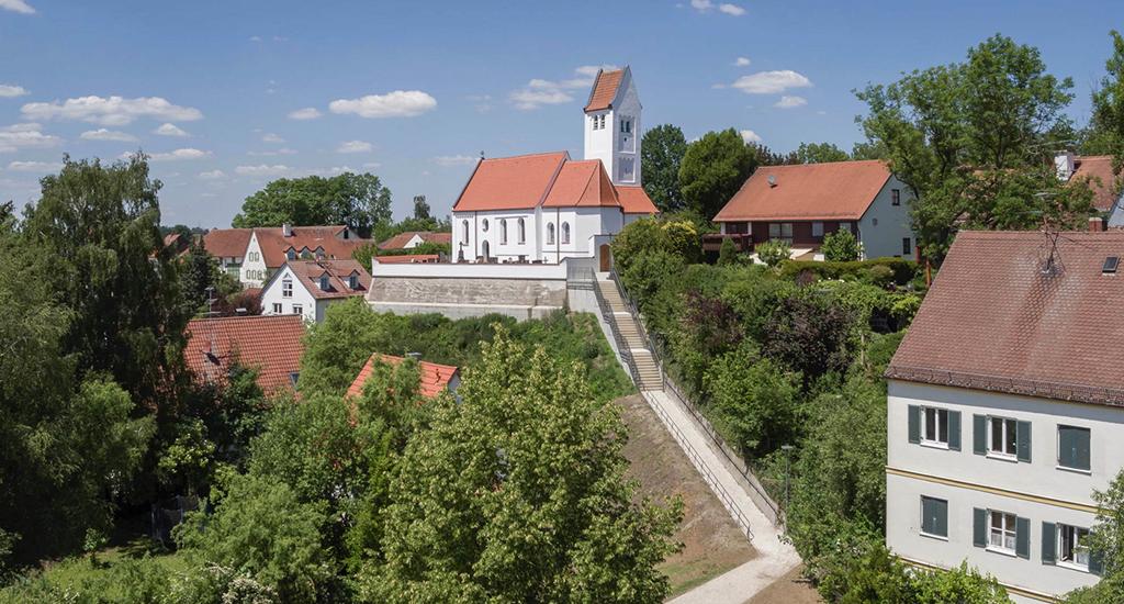 Schön gelegen, aber von unten etwas mühsam zu erklimmen: der Freidhof und die sanierte Kirche Sankt Georg (Bild: Florian Holzherr)