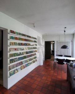 """Eine Wandskulptur (der """"Riese"""") und die Fliesensammlung (Bild: Wilfried Dechau)"""