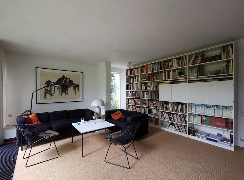Das Wohnzimmer mit Bertoia-Stühlen und einer Zeichnung von Gottfried Böhm (Bild: Wilfried Dechau)
