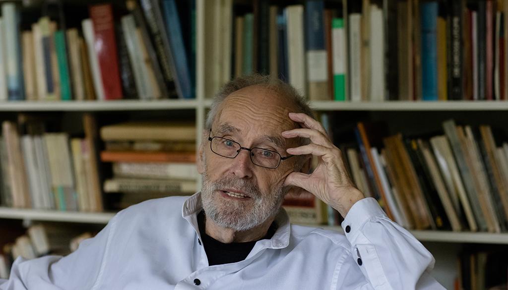 Wolfgang Pehnt vor den Büchern, von denen er sich nicht trennen will (Bild: Wilfried Dechau, Ende August 2021)