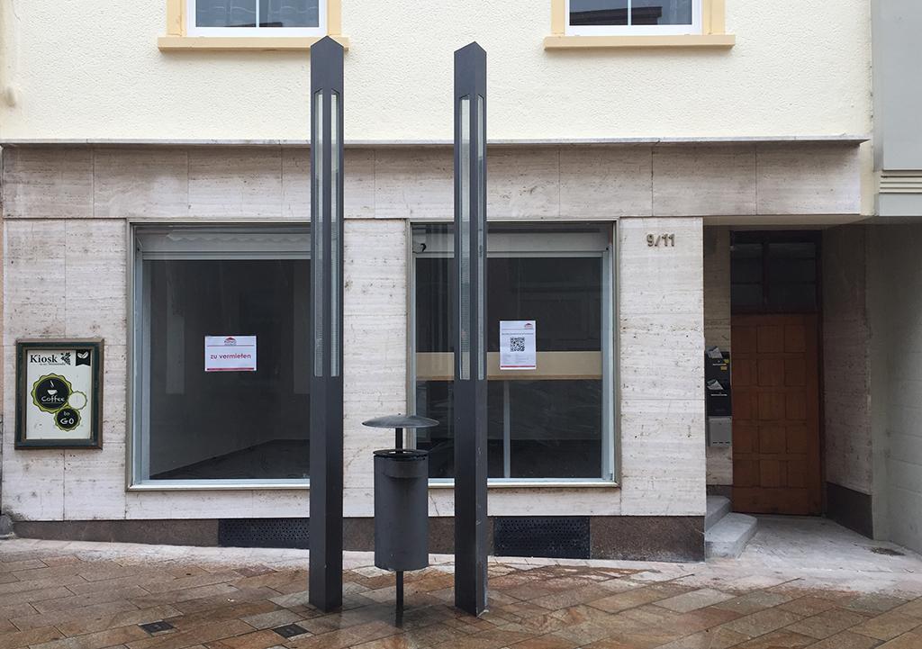 Das Design von Leuchten und Abfallbehälter sind nach Städtebauförderprogramm aus. Die Erdgeschossfassade ist noch mit hochwertigem Stein gefasst – und nun? (Bild: Ursula Baus)